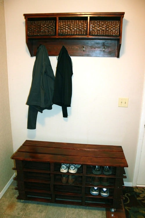Pallet shoe storage bench - 50 Decorative Rustic Storage Projects For a Beautifully Organized Home