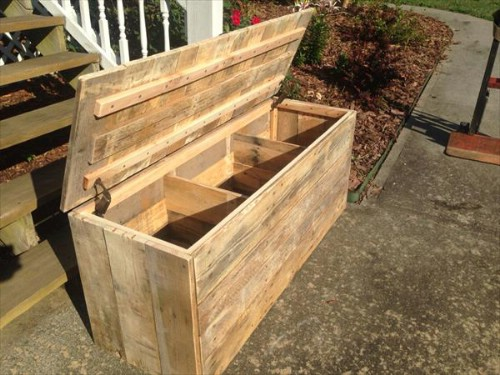 Pallet chest - 50 Decorative Rustic Storage Projects For a Beautifully Organized Home