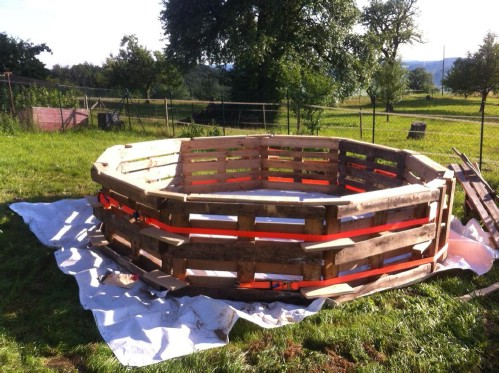 How Make Your Own Pallet Pool – Beat the Heat and Splash Around in Style! - Step 2
