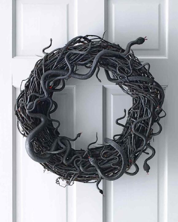 25. Snake Wreath