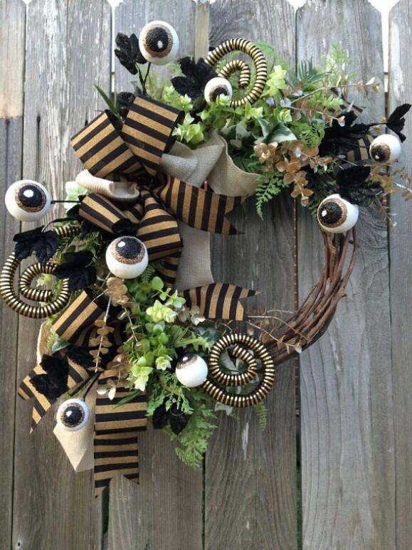 30. Elegant Halloween Wreath