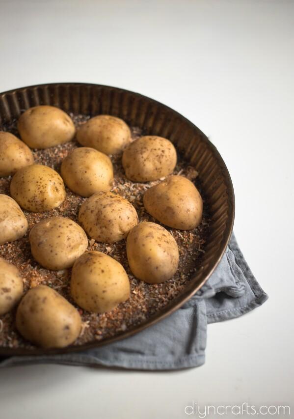 Nêm các nửa củ khoai tây.