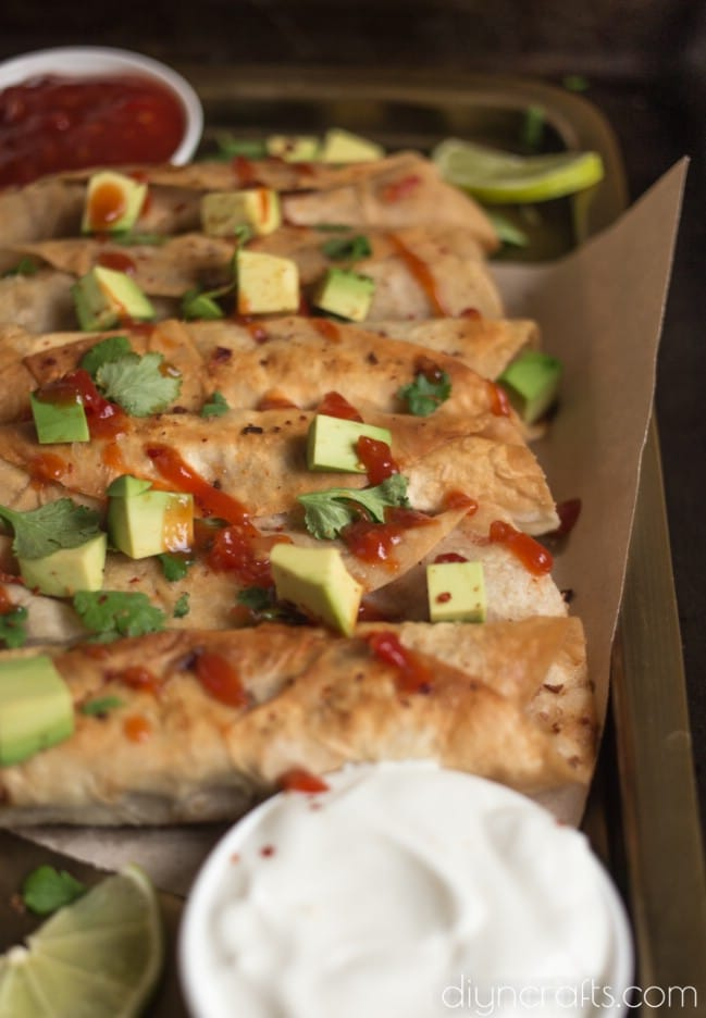 Topping with avocado and other ingredients.