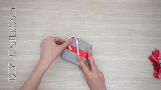Pretty Christmas Bow Gift Wrap - 5 Brilliantly Creative DIY Gift Wrapping Ideas for Christmas