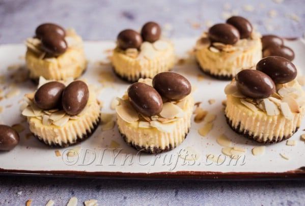 Mini cheesecakes with almonds and choco bons