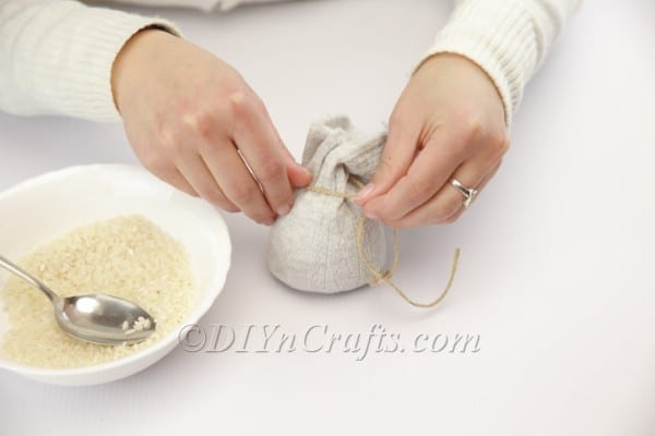 Filling the sock with rice.