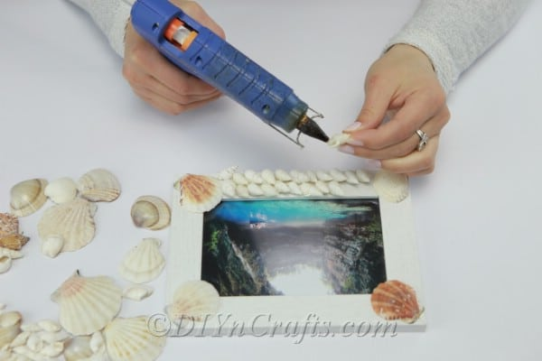 Covering an entire picture frame with seashells