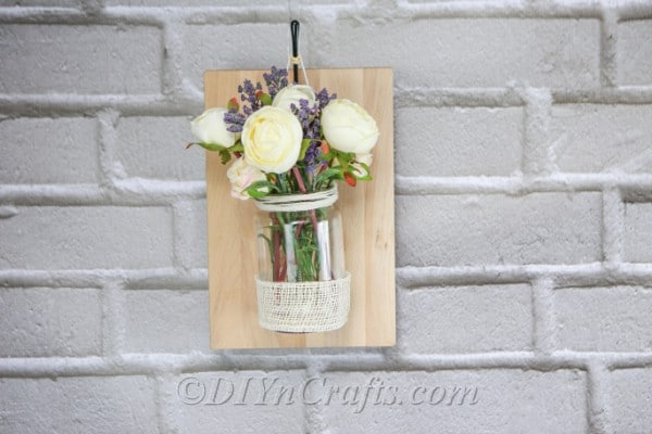 Floral rustic wall décor looks beautiful with any types of flowers.