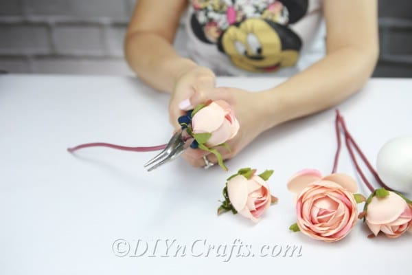 Cut off the stems of the flowers.
