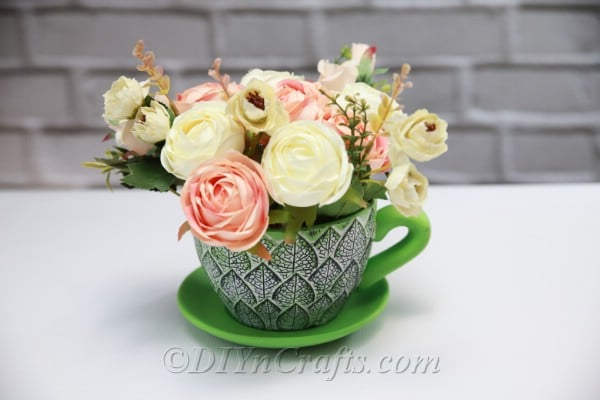 Your easy floral décor in a teacup looks beautiful no matter where you displayed.