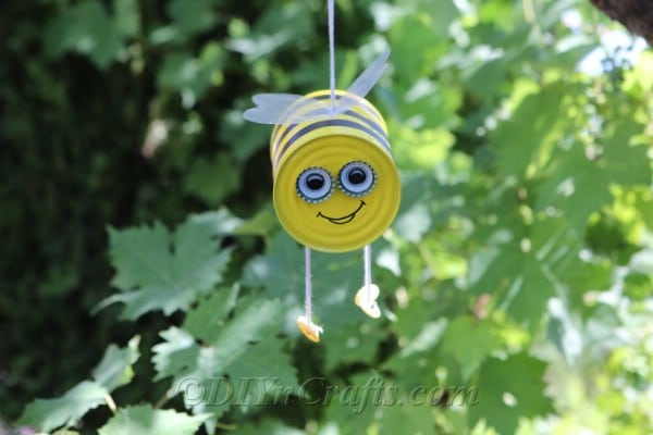 "DIY Bee Craft | Hanging Tin Can Bumble Bee ""srcset ="" https://cdn.diyncrafts.com/wp-content/uploads/2019/08/tin-can-bee-IMG_8791.jpg 600w, https://cdn.diyncrafts.com/ wp -content / uploads / 2019/08 / tin-can-bee-IMG_8791-300x200.jpg 300w ""sizes ="" (maximum width: 600px) 100vw, 600px"