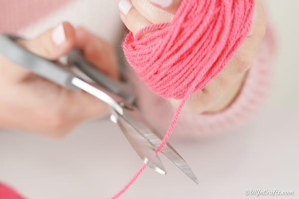 Cutting end of yarn