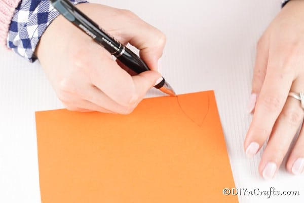"Dessiner des oreilles et une queue sur du papier orange pour un œuf de renard ""width ="" 600 ""height ="" 400 ""srcset ="" https://cdn.diyncrafts.com/wp-content/uploads/2020/01/easter-egg-fox -DSC01068.jpg 600w, https://cdn.diyncrafts.com/wp-content/uploads/2020/01/easter-egg-fox-DSC01068-300x200.jpg 300w ""tailles ="" (largeur max: 600px) 100vw , 600px"