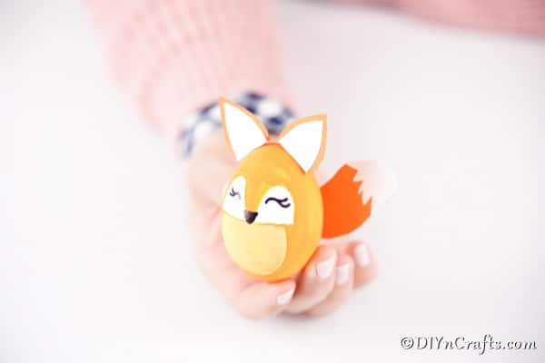 "Renard d'oeuf de Pâques dans la main de la femme ""width ="" 600 ""height ="" 400 ""srcset ="" https://cdn.diyncrafts.com/wp-content/uploads/2020/01/easter-egg-fox-DSC01083.jpg 600w , https://cdn.diyncrafts.com/wp-content/uploads/2020/01/easter-egg-fox-DSC01083-300x200.jpg 300w ""tailles ="" (largeur max: 600px) 100vw, 600px"