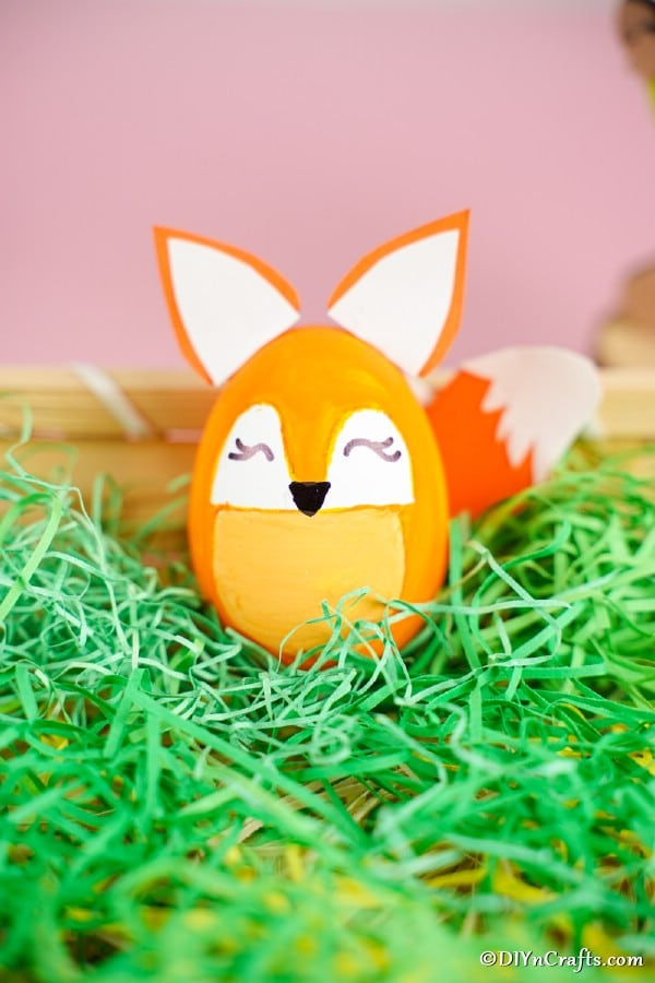 "Oeuf de Pâques de renard dans un panier en fausse herbe verte ""width ="" 600 ""height ="" 900 ""srcset ="" https://cdn.diyncrafts.com/wp-content/uploads/2020/01/easter-egg-fox-DSC01471 .jpg 600w, https://cdn.diyncrafts.com/wp-content/uploads/2020/01/easter-egg-fox-DSC01471-200x300.jpg 200w ""tailles ="" (largeur max: 600px) 100vw, 600px"