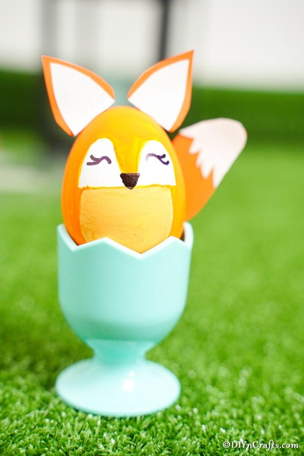 "Décoration de renard d'oeuf mangeur dans un coquetier bleu ""width ="" 600 ""height ="" 900 ""srcset ="" https://cdn.diyncrafts.com/wp-content/uploads/2020/01/easter-egg-fox-DSC01599. jpg 600w, https://cdn.diyncrafts.com/wp-content/uploads/2020/01/easter-egg-fox-DSC01599-200x300.jpg 200w ""tailles ="" (largeur max: 600px) 100vw, 600px"