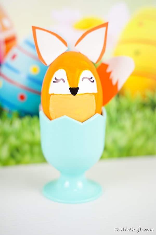 "Oeuf de Pâques de renard dans une tasse bleue devant le fond de Pâques ""width ="" 600 ""height ="" 900 ""srcset ="" https://cdn.diyncrafts.com/wp-content/uploads/2020/01/easter-egg-fox -DSC01721.jpg 600w, https://cdn.diyncrafts.com/wp-content/uploads/2020/01/easter-egg-fox-DSC01721-200x300.jpg 200w ""tailles ="" (largeur max: 600px) 100vw , 600px"