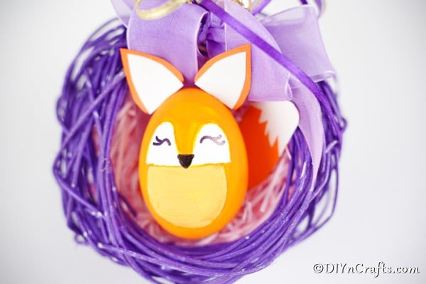 "Oeuf de Pâques de renard dans une couronne violette ""width ="" 600 ""height ="" 400 ""srcset ="" https://cdn.diyncrafts.com/wp-content/uploads/2020/01/easter-egg-fox-DSC01727.jpg 600w , https://cdn.diyncrafts.com/wp-content/uploads/2020/01/easter-egg-fox-DSC01727-300x200.jpg 300w ""tailles ="" (largeur max: 600px) 100vw, 600px"