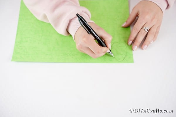 Drawing egg shape on craft paper