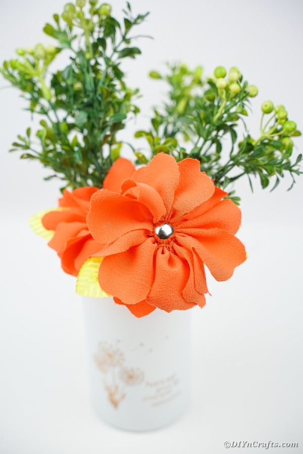 "Fleur en tissu orange dans un vase blanc ""width ="" 600 ""height ="" 900 ""srcset ="" https://cdn.diyncrafts.com/wp-content/uploads/2020/02/diy-fabric-flowers-DSC07554.jpg 600w , https://cdn.diyncrafts.com/wp-content/uploads/2020/02/diy-fabric-flowers-DSC07554-200x300.jpg 200w ""tailles ="" (largeur max: 600px) 100vw, 600px"