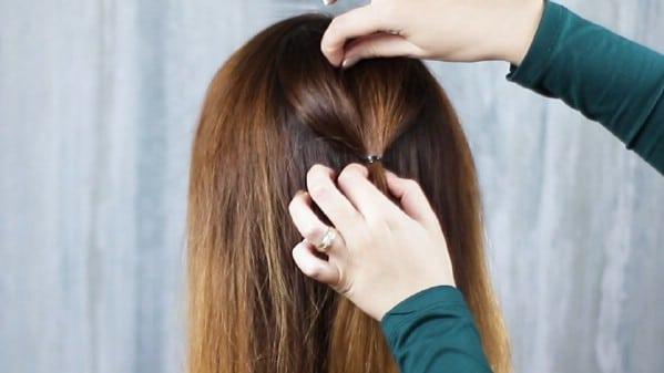 Haare zu einem kleinen Pferdeschwanz zurückziehen