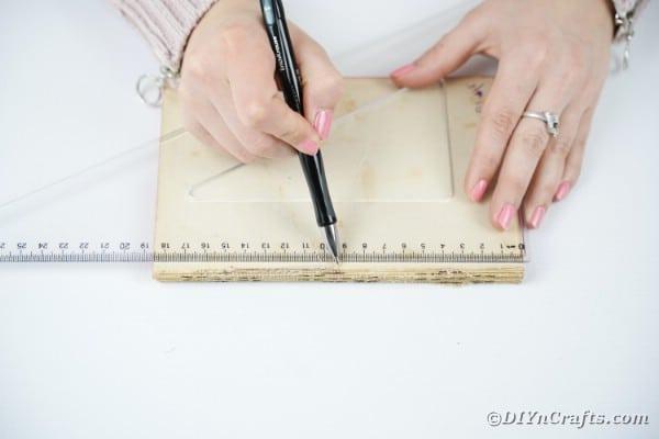 """Mesure à mi-chemin du livre """"width ="""" 600 """"height ="""" 400 """"srcset ="""" https://cdn.diyncrafts.com/wp-content/uploads/2020/02/old-book-flower-decor-DSC06548.jpg 600w , https://cdn.diyncrafts.com/wp-content/uploads/2020/02/old-book-flower-decor-DSC06548-300x200.jpg 300w """"tailles ="""" (largeur max: 600px) 100vw, 600px"""
