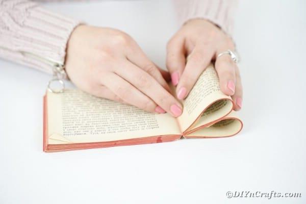 """Survolez les pages pour créer une fleur """"width ="""" 600 """"height ="""" 400 """"srcset ="""" https://cdn.diyncrafts.com/wp-content/uploads/2020/02/old-book-flower-decor-DSC06553. jpg 600w, https://cdn.diyncrafts.com/wp-content/uploads/2020/02/old-book-flower-decor-DSC06553-300x200.jpg 300w """"tailles ="""" (largeur max: 600px) 100vw, 600px"""