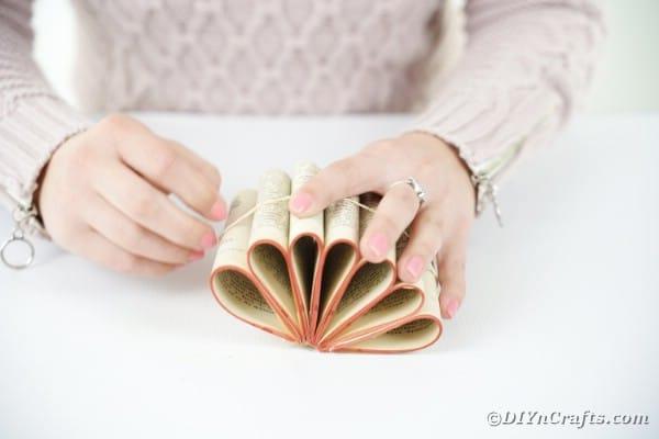 """Emballage avec bande de caoutchouc """"largeur ="""" 600 """"hauteur ="""" 400 """"srcset ="""" https://cdn.diyncrafts.com/wp-content/uploads/2020/02/old-book-flower-decor-DSC06555.jpg 600w , https://cdn.diyncrafts.com/wp-content/uploads/2020/02/old-book-flower-decor-DSC06555-300x200.jpg 300w """"tailles ="""" (largeur max: 600px) 100vw, 600px"""