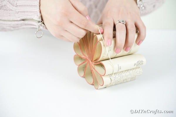 """Fixation des deux sections avec une bande élastique """"width ="""" 600 """"height ="""" 400 """"srcset ="""" https://cdn.diyncrafts.com/wp-content/uploads/2020/02/old-book-flower-decor- DSC06556.jpg 600w, https://cdn.diyncrafts.com/wp-content/uploads/2020/02/old-book-flower-decor-DSC06556-300x200.jpg 300w """"tailles ="""" (largeur max: 600px) 100vw, 600px"""