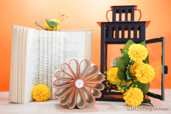 Décoration de fleurs rustique vieux livre recyclé
