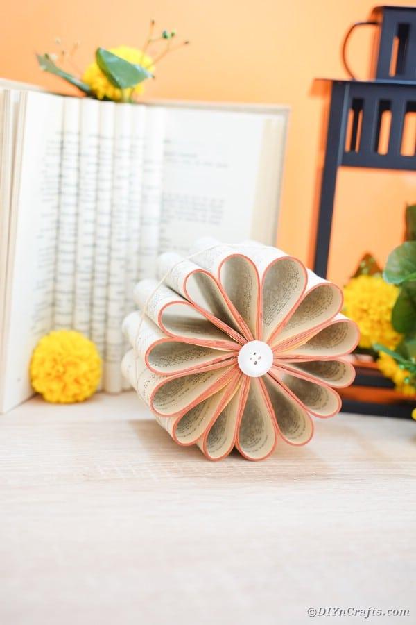 """Fleur de page de livre ancien par lanterne noire """"width ="""" 600 """"height ="""" 900 """"srcset ="""" https://cdn.diyncrafts.com/wp-content/uploads/2020/02/old-book-flower-decor-DSC06738 .jpg 600w, https://cdn.diyncrafts.com/wp-content/uploads/2020/02/old-book-flower-decor-DSC06738-200x300.jpg 200w """"tailles ="""" (largeur max: 600px) 100vw , 600px"""