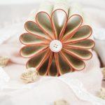 Fleur en papier sur le comptoir avec tissu