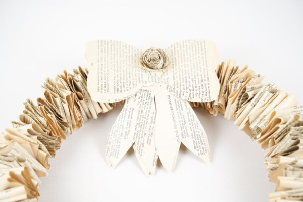 "Arc en papier sur couronne ""largeur ="" 600 ""hauteur ="" 400 ""srcset ="" https://cdn.diyncrafts.com/wp-content/uploads/2020/02/rustic-old-book-wreath-with-bow- DSC07180.jpg 600w, https://cdn.diyncrafts.com/wp-content/uploads/2020/02/rustic-old-book-wreath-with-bow-DSC07180-300x200.jpg 300w ""tailles ="" (max- largeur: 600px) 100vw, 600px"