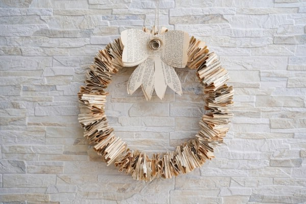 "Couronne de page de livre pliée rustique avec didacticiel vidéo ""srcset ="" https://cdn.diyncrafts.com/wp-content/uploads/2020/02/rustic-old-book-wreath-with-bow-DSC07480.jpg 600w, https : //cdn.diyncrafts.com/wp-content/uploads/2020/02/rustic-old-book-wreath-with-bow-DSC07480-300x200.jpg 300w ""tailles ="" (largeur max: 600px) 100vw, 600px"