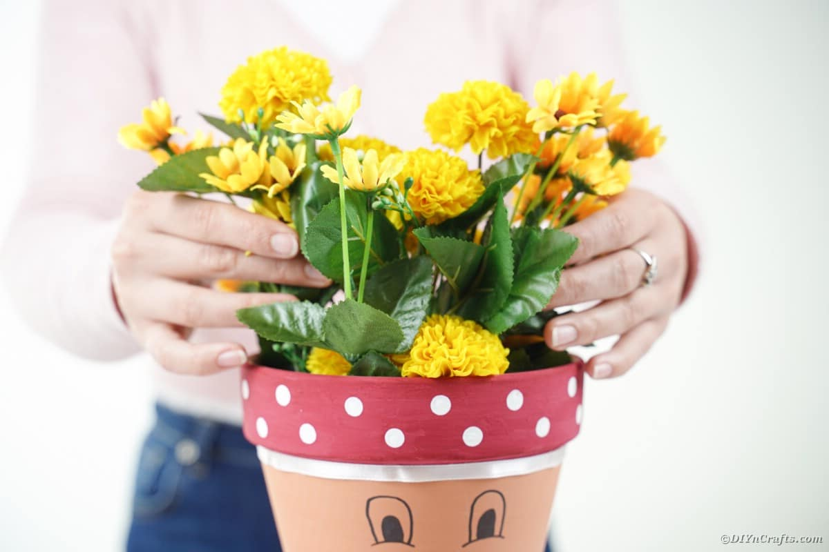 Adding flowers to flower pot head