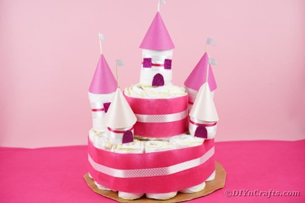 "Cadeau pour bébé Royal Diaper Cake Castle ""srcset ="" https://cdn.diyncrafts.com/wp-content/uploads/2020/05/Diaper-Castle-23.jpg 600w, https://cdn.diyncrafts.com/wp -contenu / téléchargements / 2020/05 / Diaper-Castle-23-300x200.jpg 300w ""tailles ="" (largeur max: 600px) 100vw, 600px"