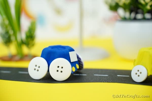 "Voitures miniatures vertes et bleues sur une surface jaune ""width ="" 600 ""height ="" 400 ""srcset ="" https://cdn.diyncrafts.com/wp-content/uploads/2020/05/Egg-Carton-Cars-15. jpg 600w, https://cdn.diyncrafts.com/wp-content/uploads/2020/05/Egg-Carton-Cars-15-300x200.jpg 300w ""tailles ="" (largeur max: 600px) 100vw, 600px"