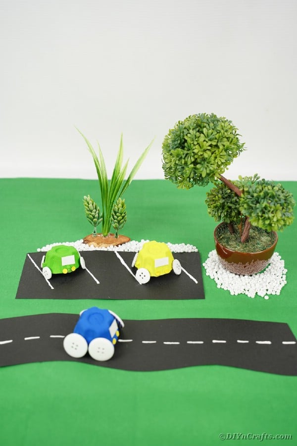 "Voiture de carton d'oeufs bleu sur surface verte ""width ="" 600 ""height ="" 900 ""srcset ="" https://cdn.diyncrafts.com/wp-content/uploads/2020/05/Egg-Carton-Cars-18.jpg 600w, https://cdn.diyncrafts.com/wp-content/uploads/2020/05/Egg-Carton-Cars-18-200x300.jpg 200w ""tailles ="" (largeur max: 600px) 100vw, 600px"