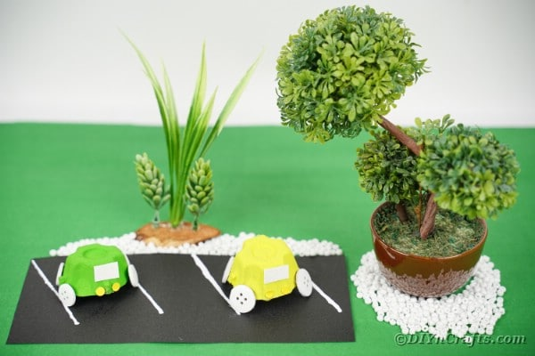 "Voiture de carton d'oeufs bleus sur surface verte ""width ="" 600 ""height ="" 400 ""srcset ="" https://cdn.diyncrafts.com/wp-content/uploads/2020/05/Egg-Carton-Cars-19.jpg 600w, https://cdn.diyncrafts.com/wp-content/uploads/2020/05/Egg-Carton-Cars-19-300x200.jpg 300w ""tailles ="" (largeur max: 600px) 100vw, 600px"