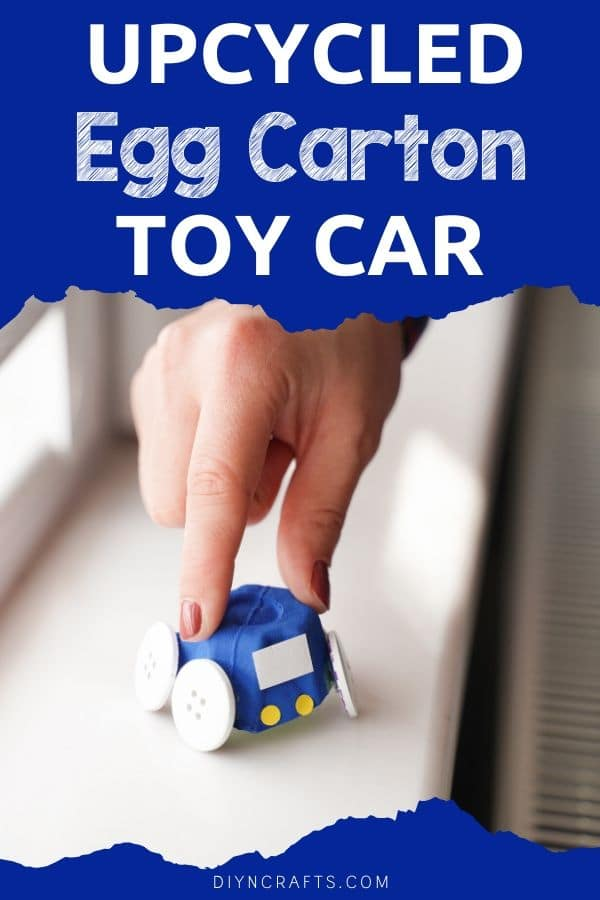 "Femme tenant une voiture en carton d'oeufs ""width ="" 600 ""height ="" 900 ""srcset ="" https://cdn.diyncrafts.com/wp-content/uploads/2020/05/Egg-Carton-Cars-PIN-15.jpg 600w, https://cdn.diyncrafts.com/wp-content/uploads/2020/05/Egg-Carton-Cars-PIN-15-200x300.jpg 200w ""tailles ="" (largeur max: 600px) 100vw, 600px"