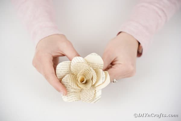 Shaping paper rose