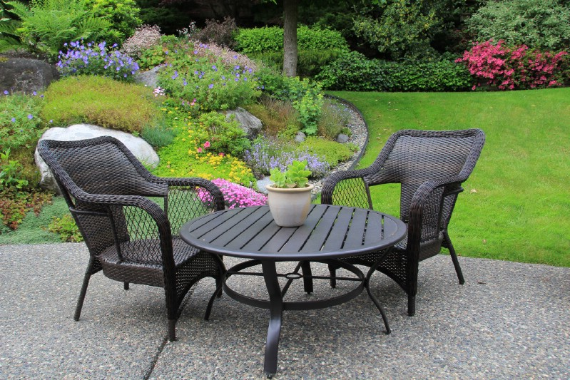Garden furniture cleaning with vinegar.