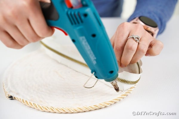 Gluing zipper to rope circle