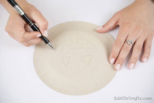Tracing face on plate