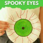 Frau, die grünes blutunterlaufenes Auge hält