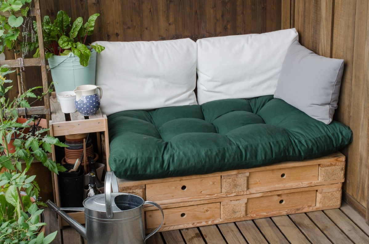 Easy garden seating made out of pallets.