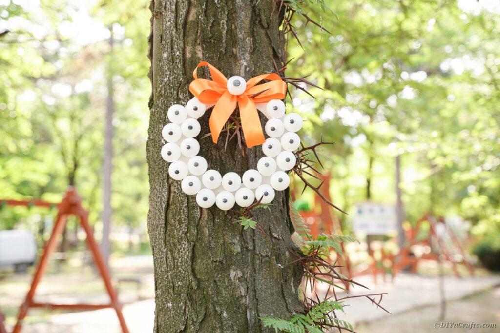 Gruseliger Augenkranz am Baum