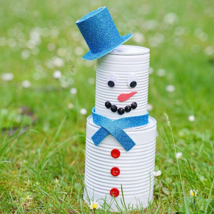Blechdose Schneemann auf Gras