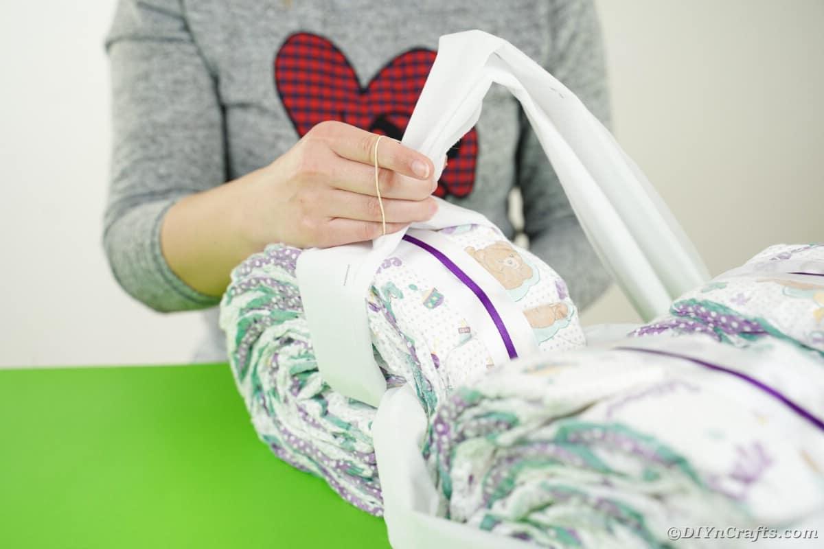 Bringing tissue paper into handle