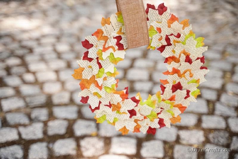 Herbst Buch Blatt Kranz draußen über dem Boden hängen